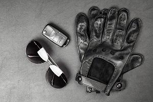 Zonnebril en handschoenen